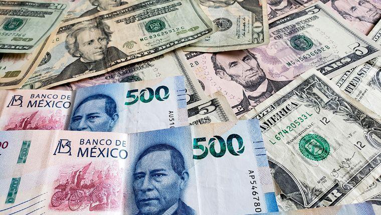 Dólar queda en la barrera de los $22